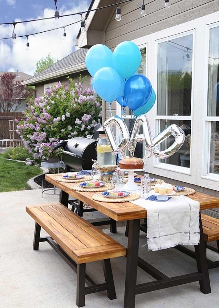 Decoração de dia dos pais simples com balões e mesa posta no jardim