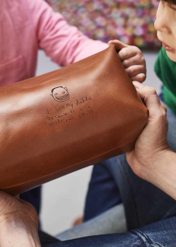 Aqui, a dica é oferecer uma bolsa personalizada para presentear o seu pai
