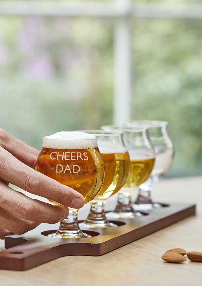 Feliz dia dos pais com cerveja e taças especiais