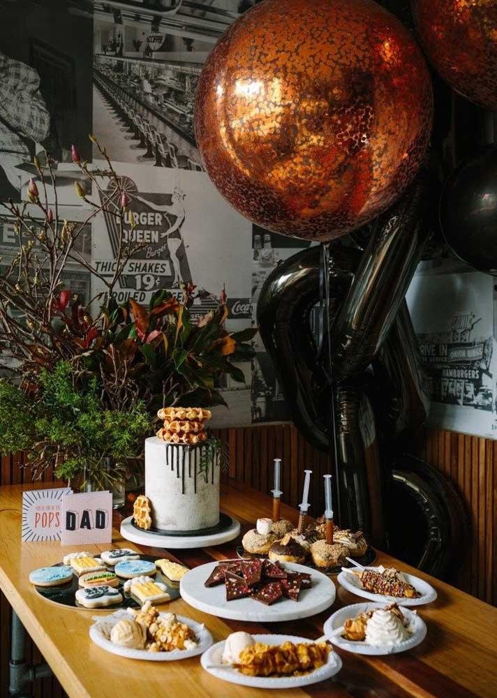 Mesa posta para um café da manhã de dia dos pais super especial. Os balões completam a decoração