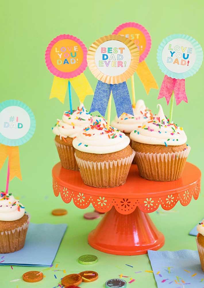 Cupcakes coloridos para servir de sobremesa no almoço do dia dos pais