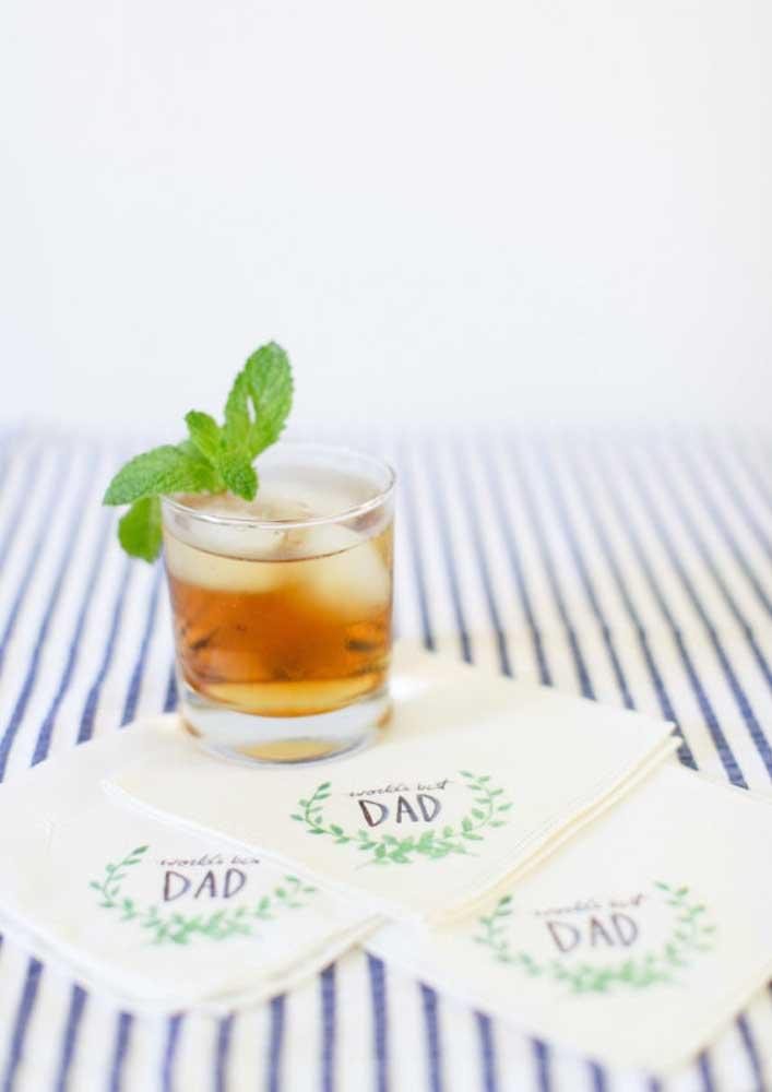 Sirva o drink do seu pai acompanhado de guardanapos personalizados