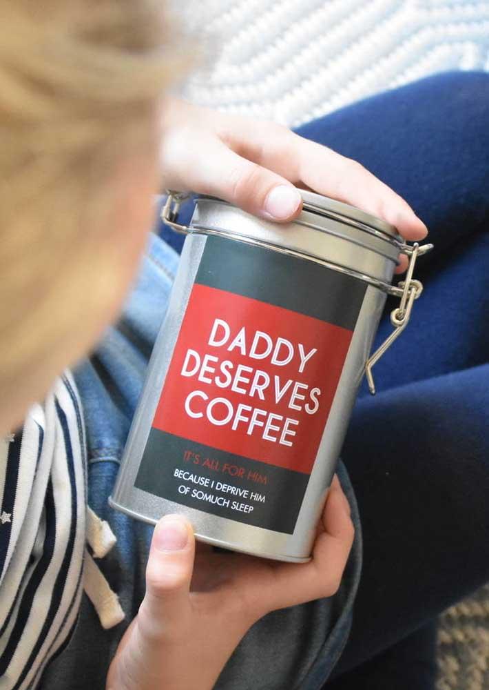 Já os papais que amam café ficarão felizes com uma lata de grãos especiais