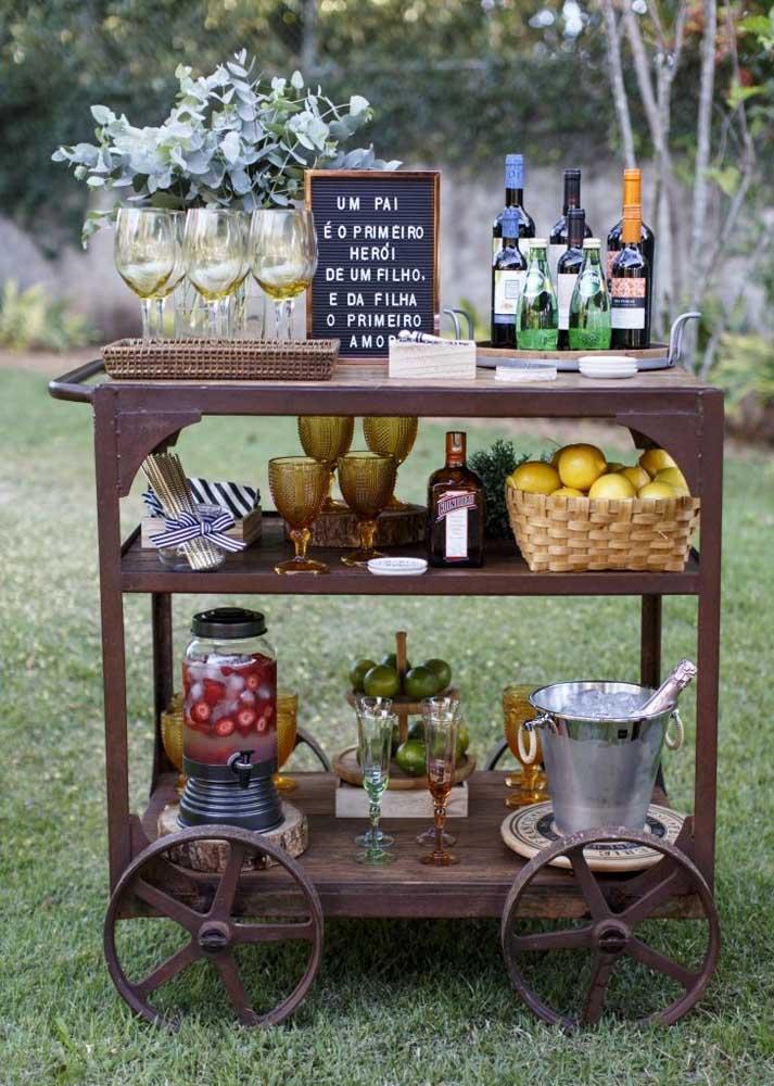 Dia dos pais no jardim! A composição de frutas e bebidas ficou linda sobre o carrinho