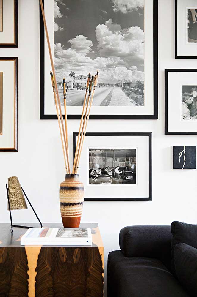 Sala de estar minimalista com enfeites étnicos