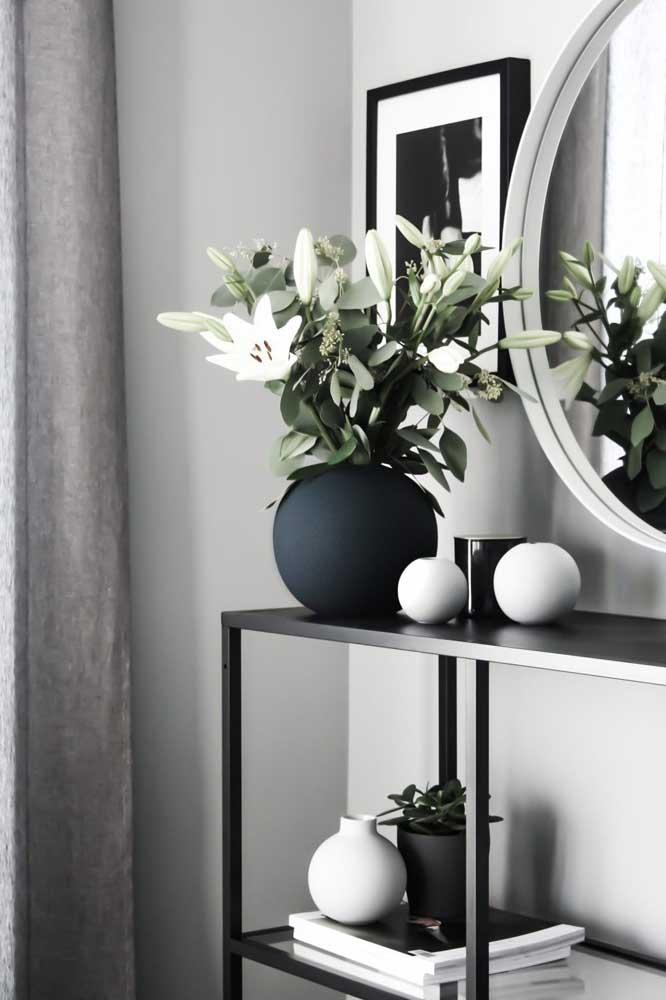 Vasos, plantas, esferas e livros: coleção de enfeites em preto e branco