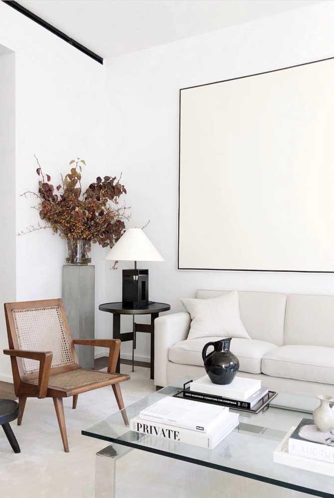 Sala de estar moderna decorada com enfeites que combinam entre si