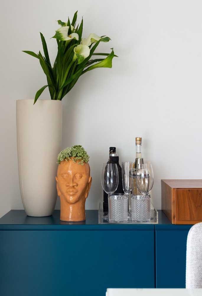 Não tem como errar: vasos, flores e um mini bar