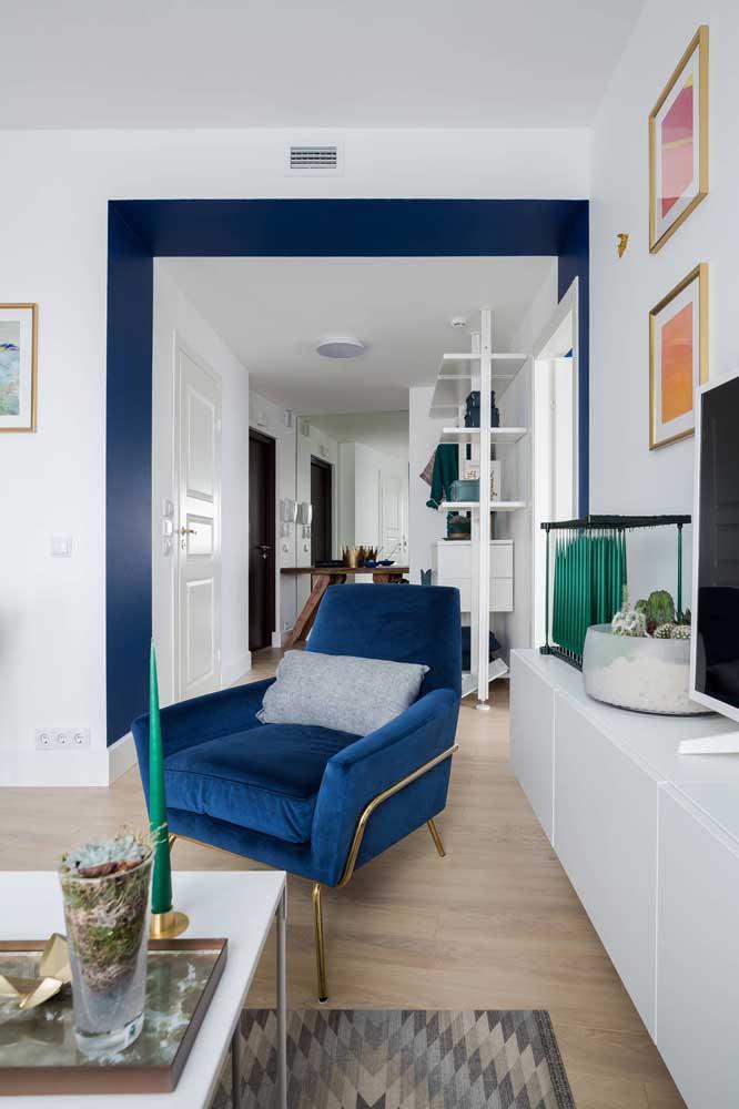 A sala de base branca é perfeita para os enfeites coloridos