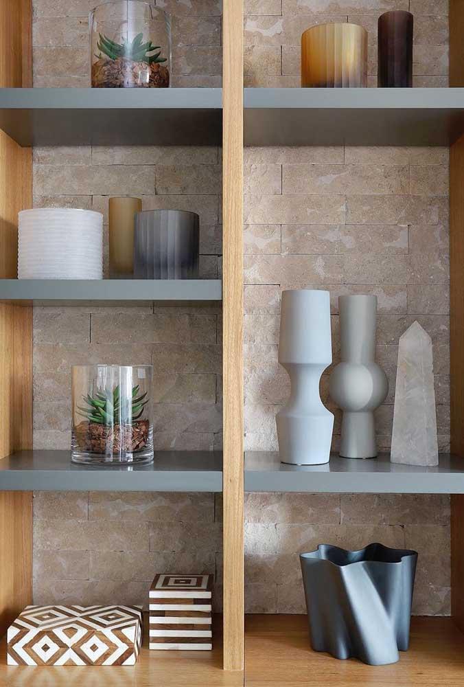 Enfeites modernos para sala com paleta de tons bem definida