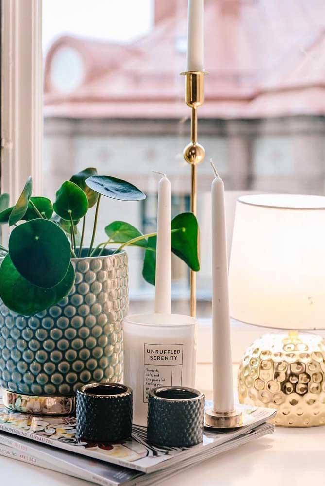 Plantas e velas são sempre uma ótima pedida de enfeites para sala