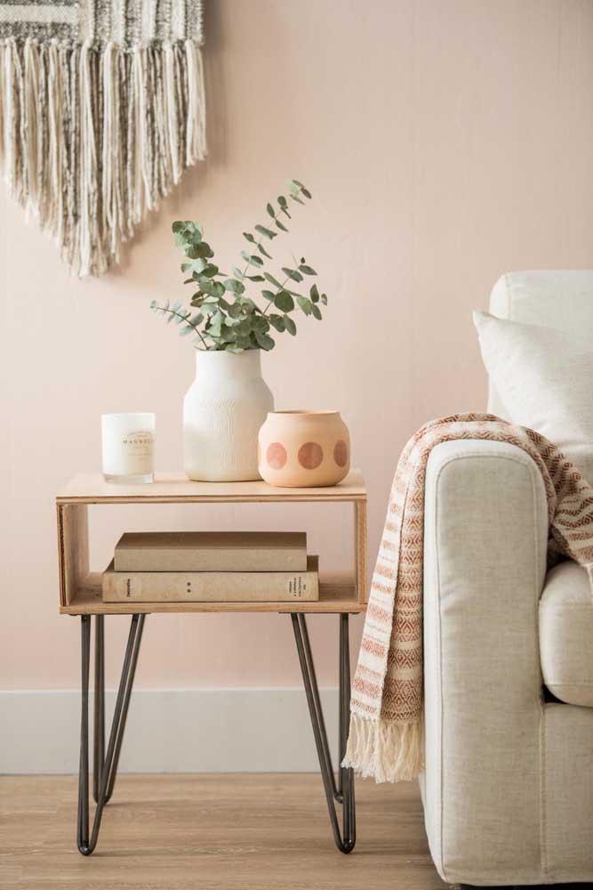 Para a mesinha lateral da sala, a dica é usar vasos, livros e pequenos potinhos decorativos