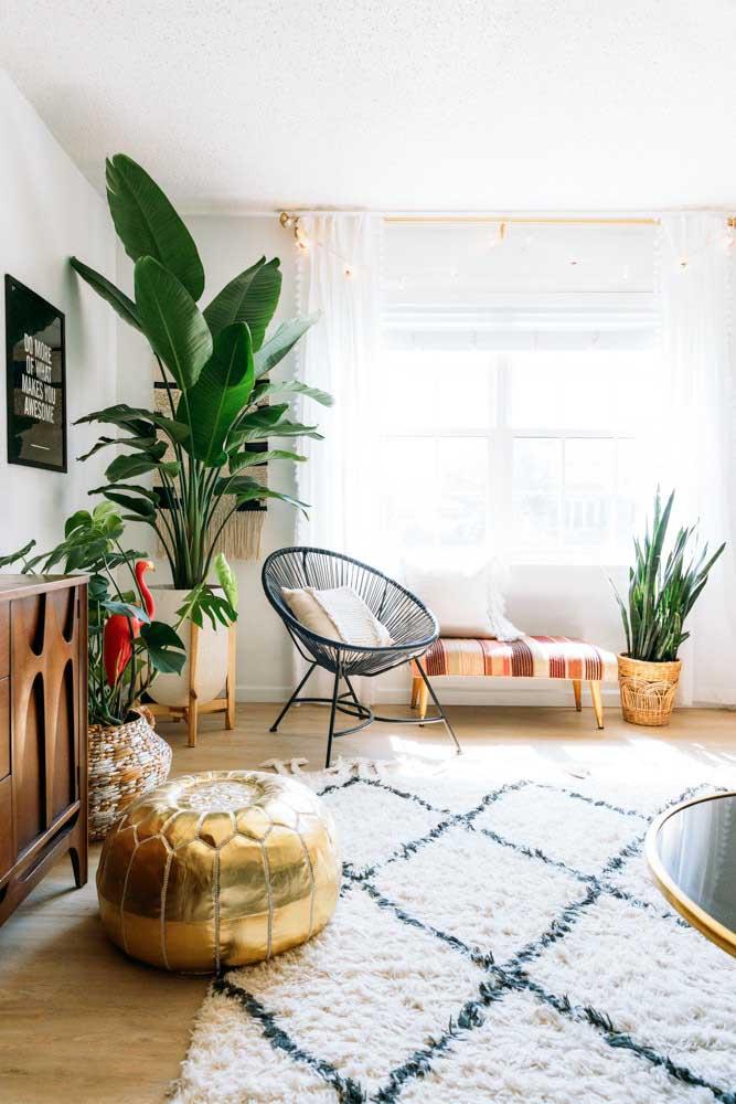 """Essa sala de estar boho apostou em enfeites """"verdes"""", ou seja, plantas"""