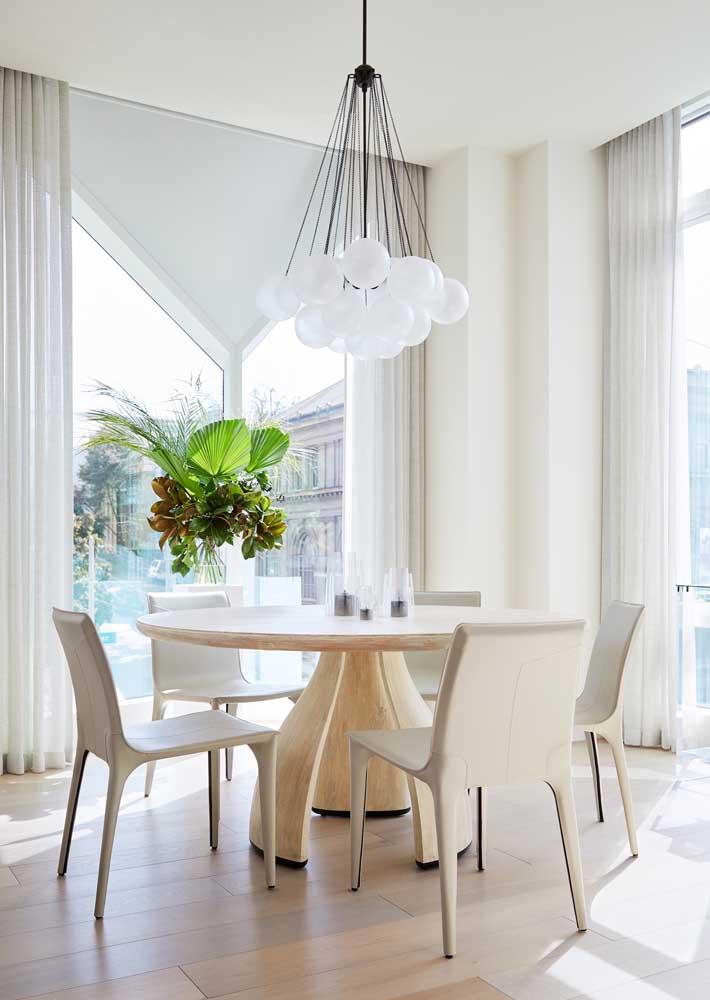 Luminária circular para acompanhar o formato da mesa