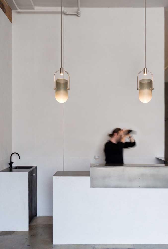 Cozinha minimalista com luminárias pendentes no mesmo estilo