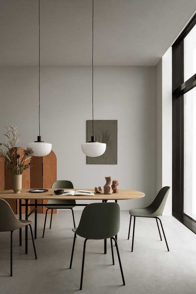 Sofisticada, essa sala de jantar apostou em uma dupla de luminárias para mesa