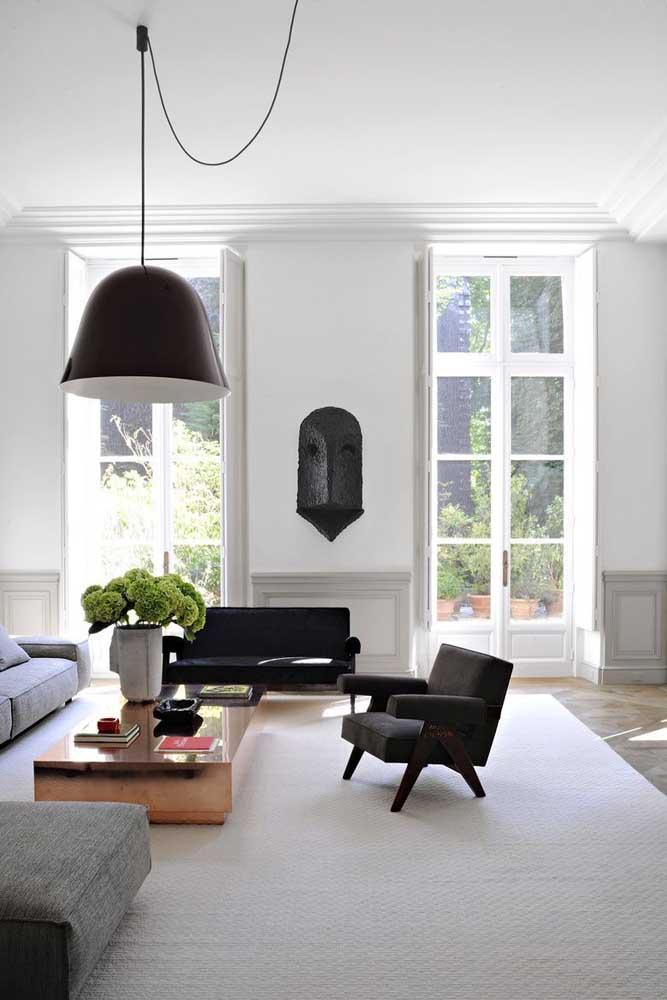 Luminária pendente proporcional ao tamanho da sala de estar