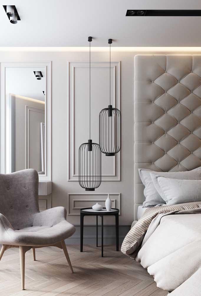 Luminária moderna aramada em um lindo contraste com a decoração clássica do quarto
