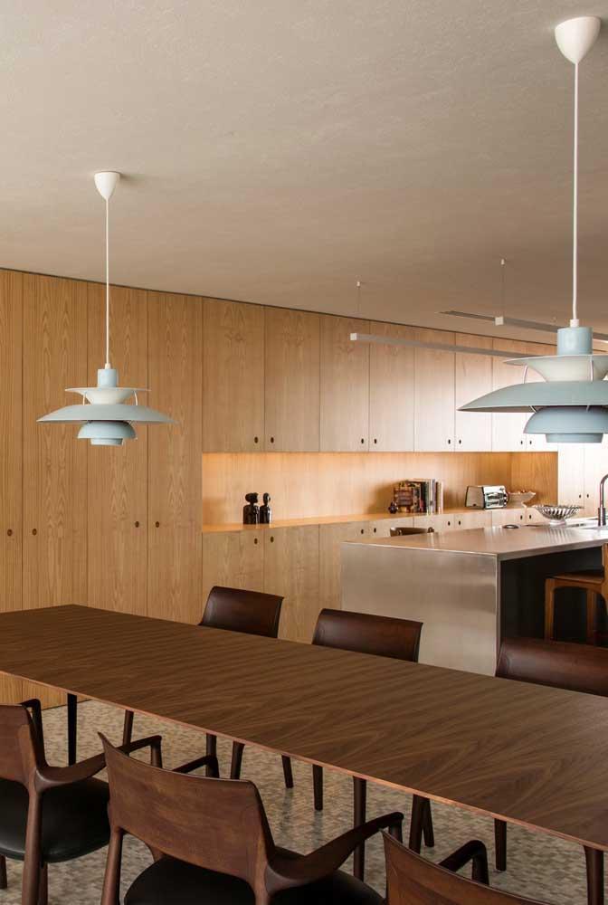 A mesa grande apostou no uso de duas luminárias, uma em cada ponta