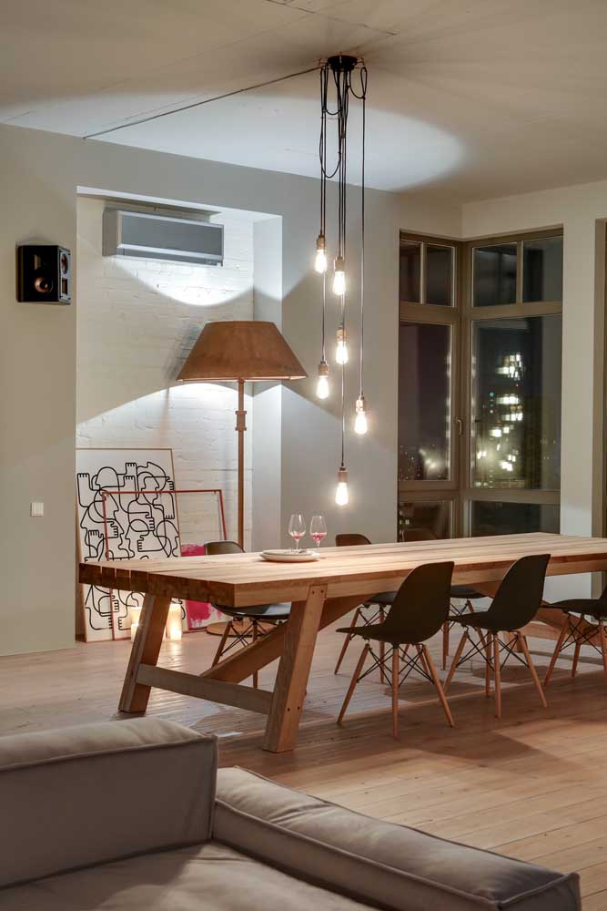 Cascata de luzes sobre a mesa de jantar