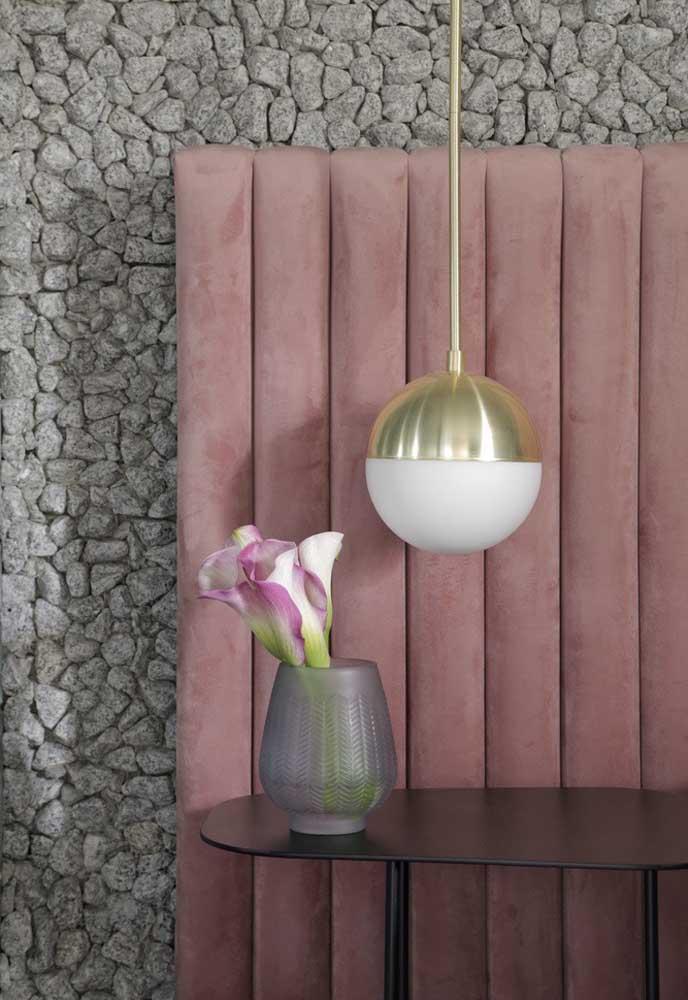 Luminária pendente ao lado da cama combinando com a cabeceira