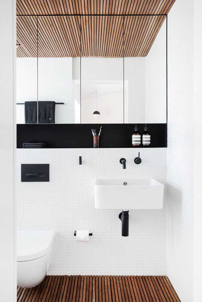 Nicho embutido preto para banheiro estrategicamente instalado sobre a bancada da pia