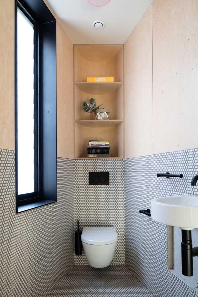 Banheiro pequeno com nicho: solução de organização e decoração