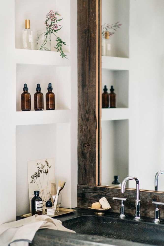 Nicho vertical ao lado da pia: prático e decorativo