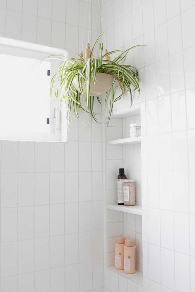 Nicho branco para banheiro acompanhando o revestimento da parede