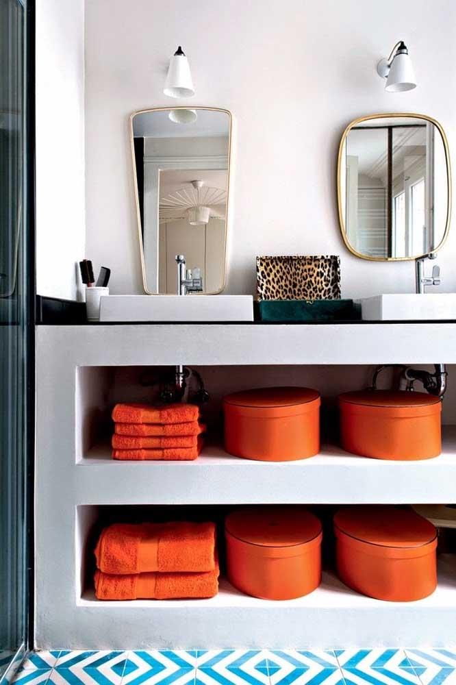 Aqui, o nicho simples de alvenaria ganhou vida graças aos cestos coloridos