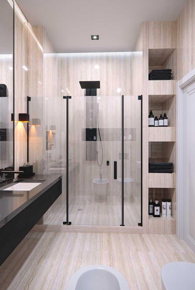 Os nichos também são perfeitos para acomodar as toalhas de banho