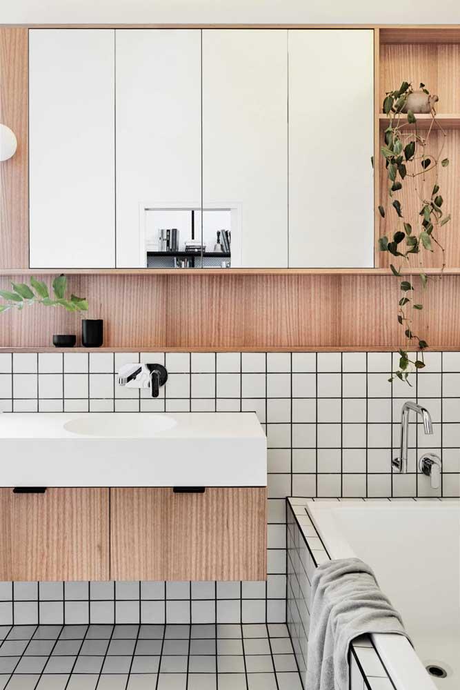 Nicho embutido de madeira para o banheiro acompanhando o armário embutido