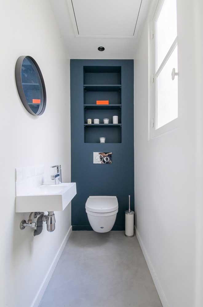Nicho embutido para economizar espaço dentro do banheiro pequeno