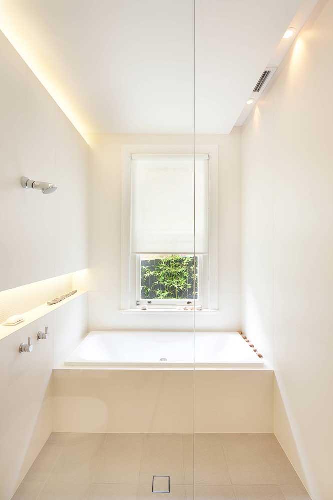 Os nichos iluminados trazem conforto para o banheiro branco