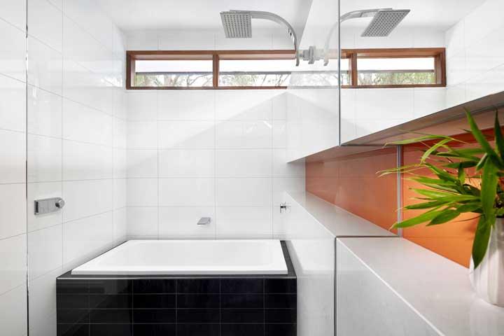 E o que acha de fazer um nicho que percorre toda a parede? Além de lindo, ele também ajuda a criar uma sensação de espaço maior