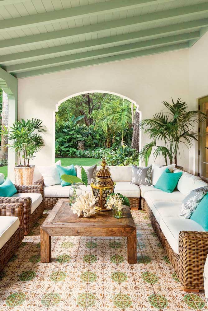 Todo charme da palmeira ráfis para a área externa da casa