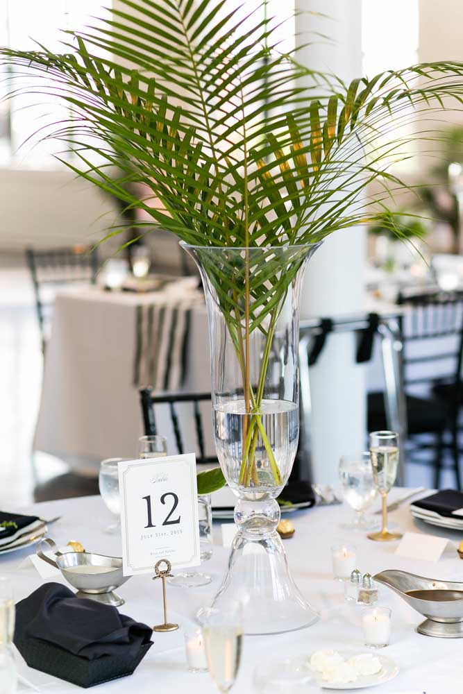 Que tal usar folhas da ráfia para decorar a mesa da festa?