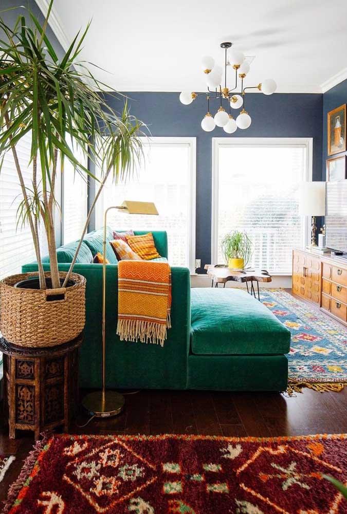 Garanta o clima de natureza na sua sala com um vaso de palmeira ráfia