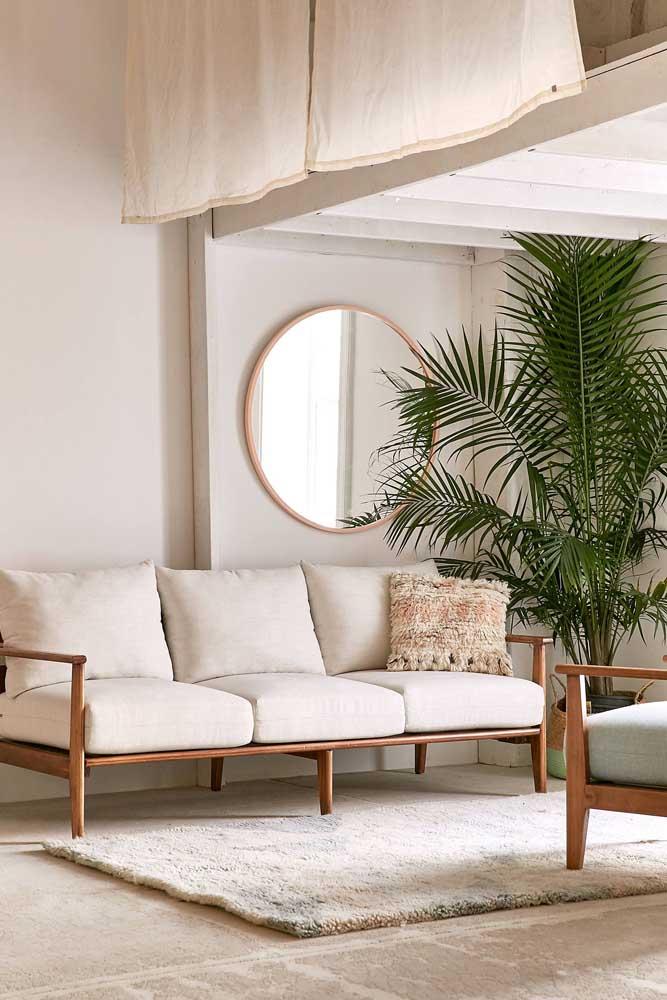 A sala de estar em tons neutros ganha vida e alegria com o vaso de palmeira ráfia