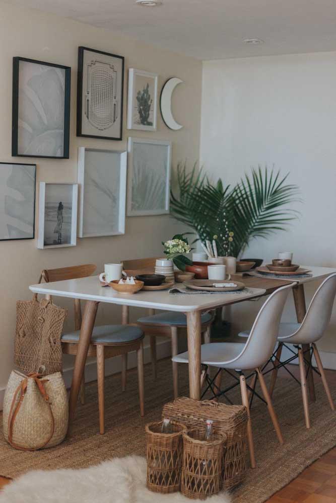 Folhas de Palmeira ráfia decorando a mesa posta na sala de jantar