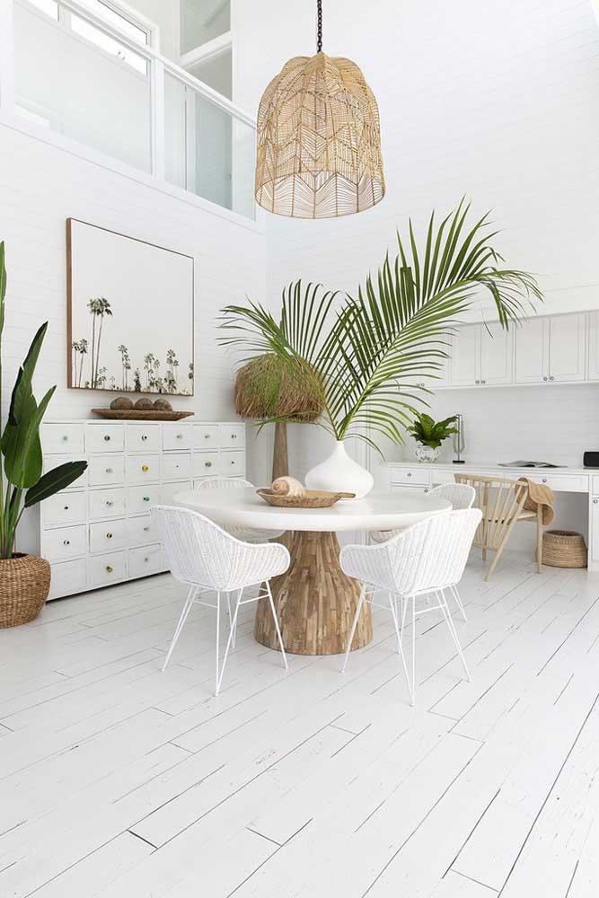 Olha que combinação perfeita: branco, fibras naturais e o verde da palmeira ráfia
