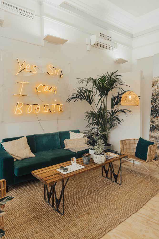 Rústica e despojada, essa sala ficou completinha com a gigante palmeira ráfia aos fundos