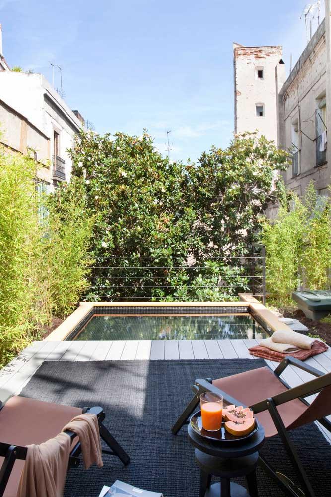 Área de lazer pequena com piscina em cobertura. A prova de que mesmo as casas urbanas podem ter um espacinho como esse