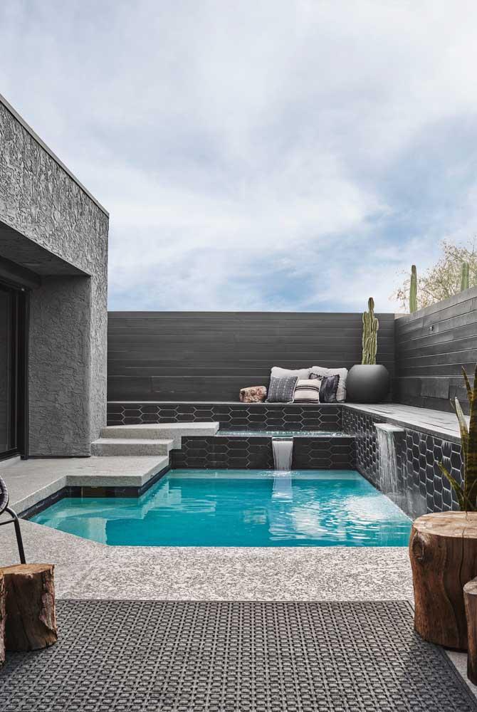 O que acha de uma área de lazer com piscina moderna em tons de cinza?