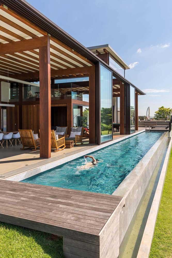 Área de lazer com piscina integrada com a casa principal
