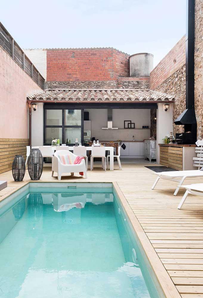 Churrasco e piscina garantidos nessa área de lazer pequena e simples. A edícula aos fundos acomoda a todos com conforto