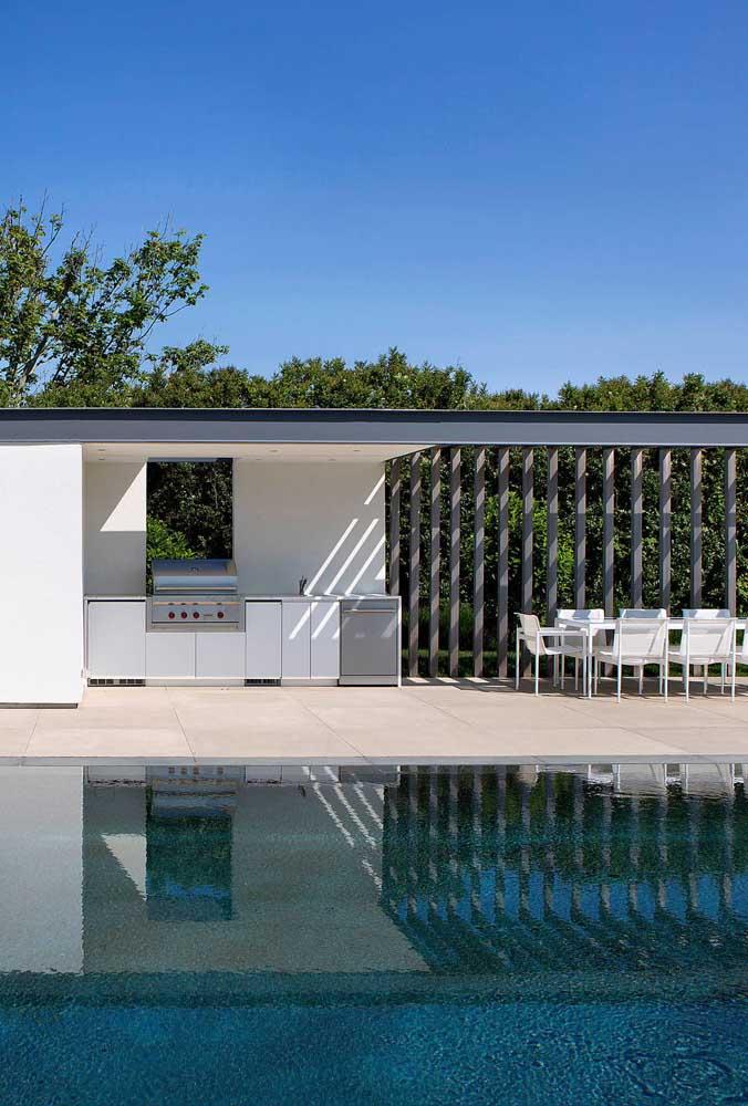 Área de lazer com piscina e espaço gourmet. Simples e completo