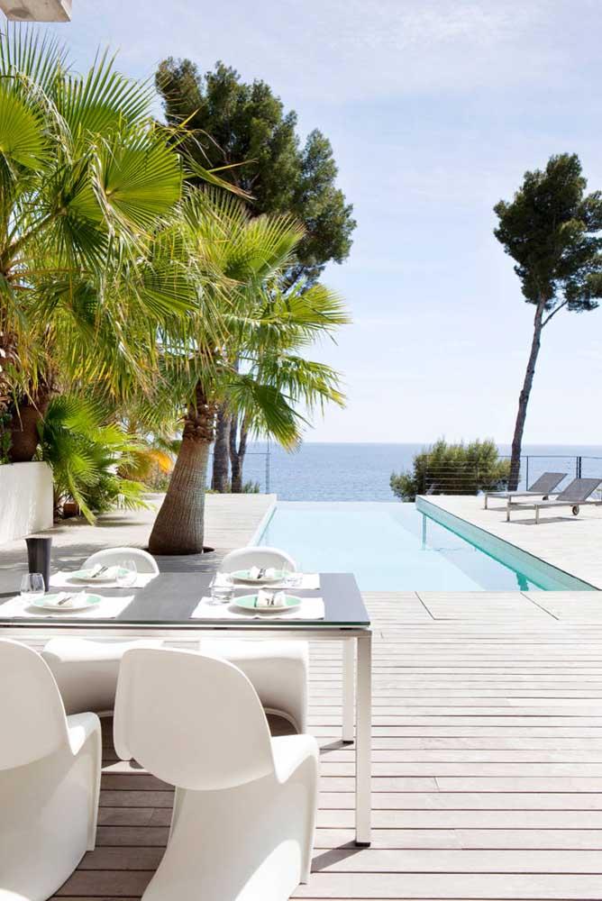 Área de lazer com piscina de borda infinita à beira mar. Um luxo!