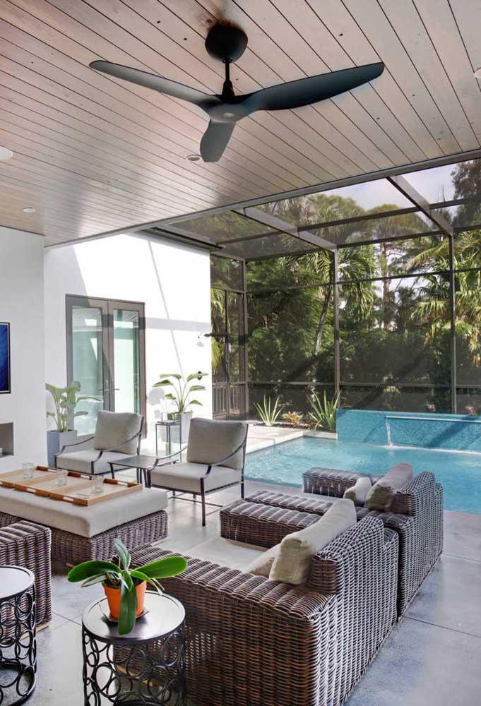 Área de lazer com piscina integrada a sala de estar