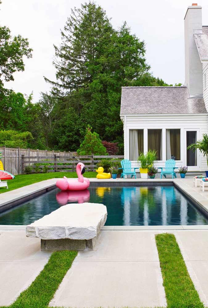 Área de lazer com piscina simples e rústica, feita para se divertir e curtir a família